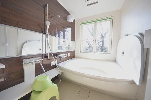 大きな窓があるのでお風呂に入りながら森林浴も楽しめます!